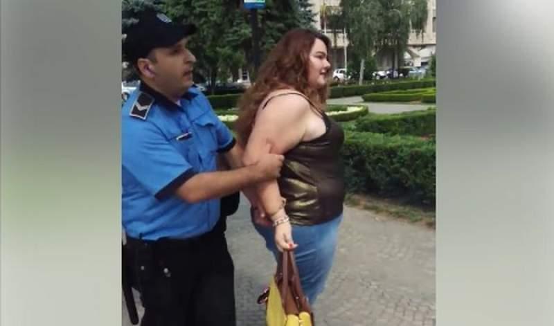 Tânără din Ploiești, încătușată de polițiștii locali pentru că nu avea bilet de autobuz (VIDEO)